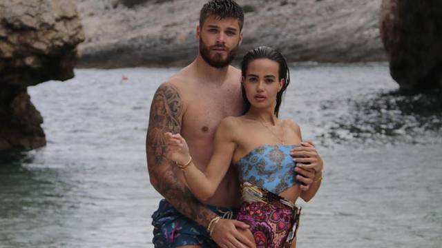 Ćaleta-Car se ne može suzdržati na plaži: Primio curu za grudi i bokove pa joj napisao da je voli