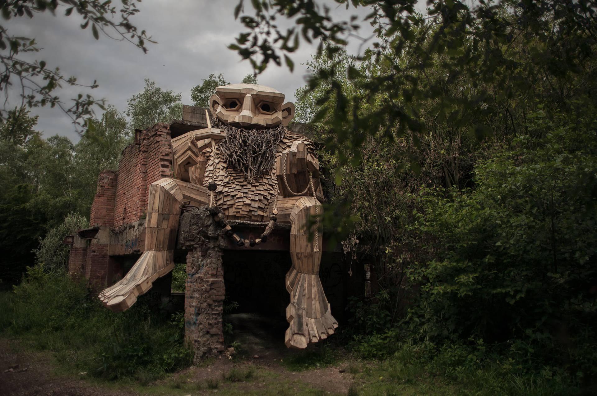 Umjetnik pretvara reciklirano drvo u divne divovske trolove