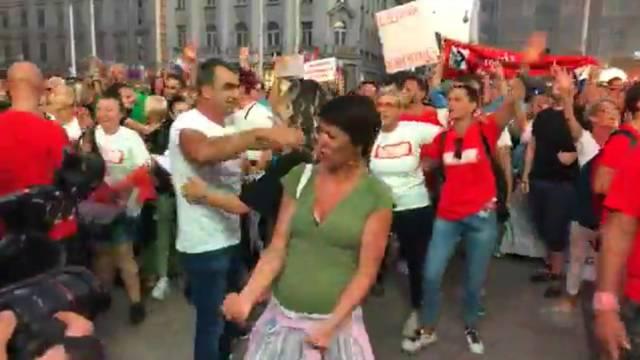 Mišo Kovač bacio u trans ljude na prosvjedu na trgu: Klečali su po podu, udarali šakama u prsa
