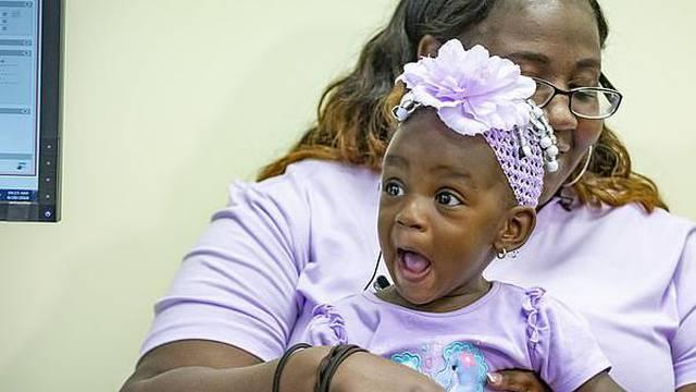 Dirljivi trenutak kad je gluha curica (1) prvi put čula mamu