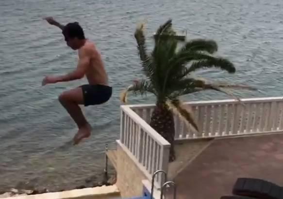 Hummels s balkona skače u bazen, izbornika to ne brine