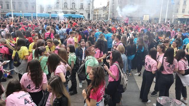 Zagreb: Unatoč zabrani učenici se na Trgu bana Jelačića okupljaju za norijadu