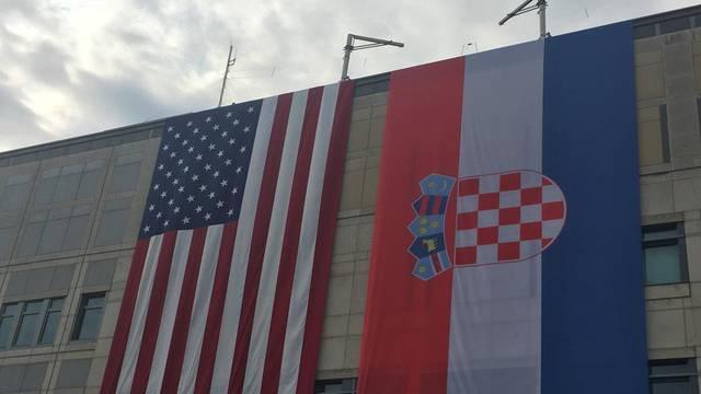 Ogromne zastave osvanule na američkoj ambasadi u Zagrebu