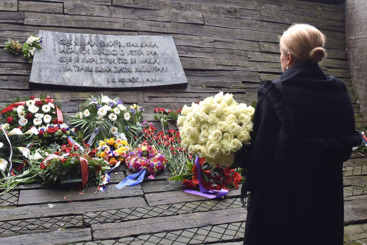 Predsjednica položila cvijeće u Jasenovcu, premijer ide sutra