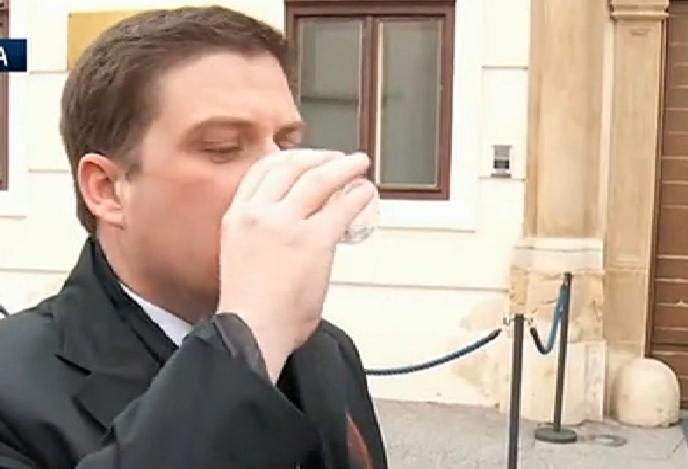 Butković pred Vladom popio čašu slavonskobrodske vode