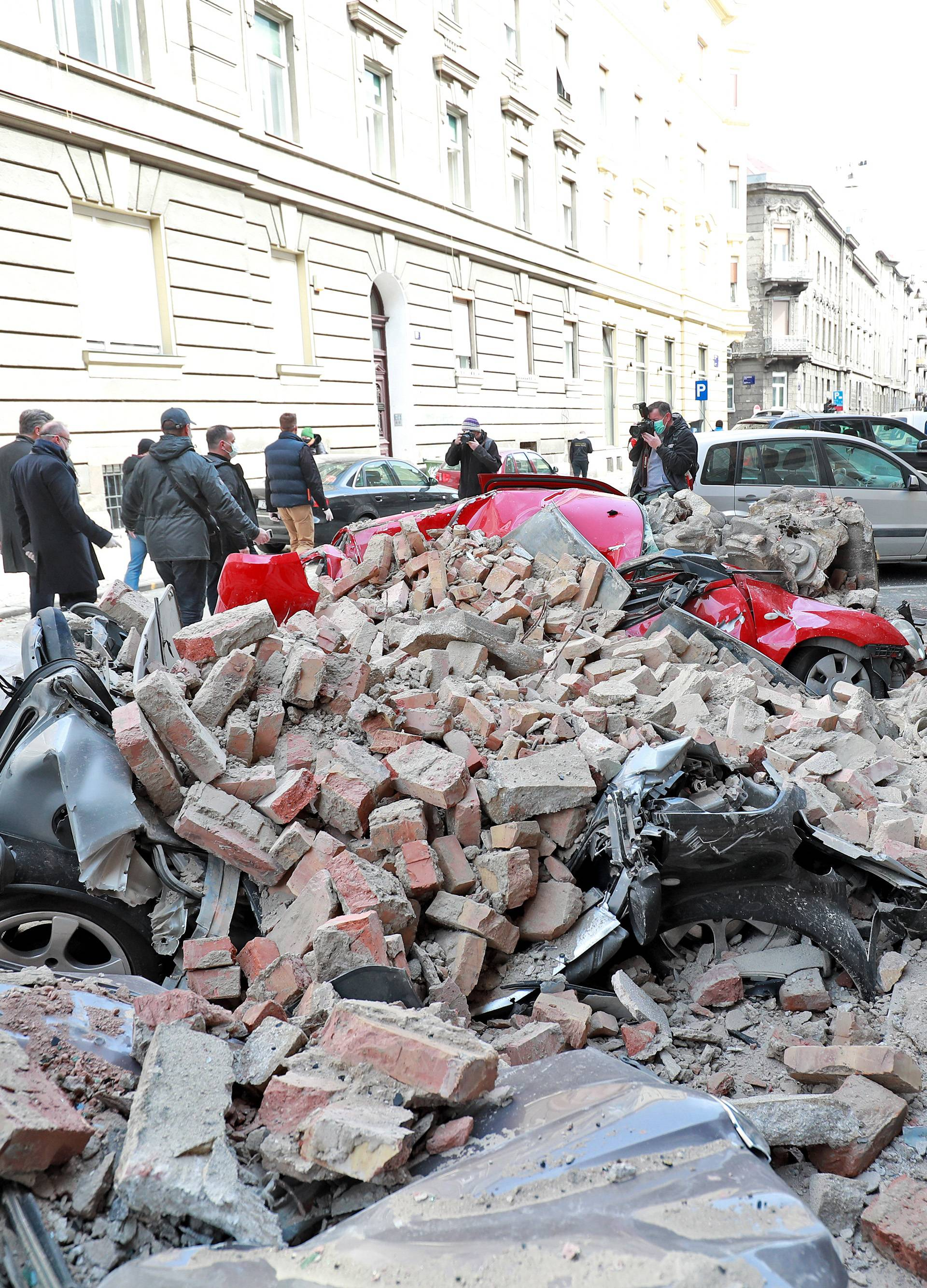 Potres sravnio Đorđićevu ulicu: Tuguju za poginulom djevojkom