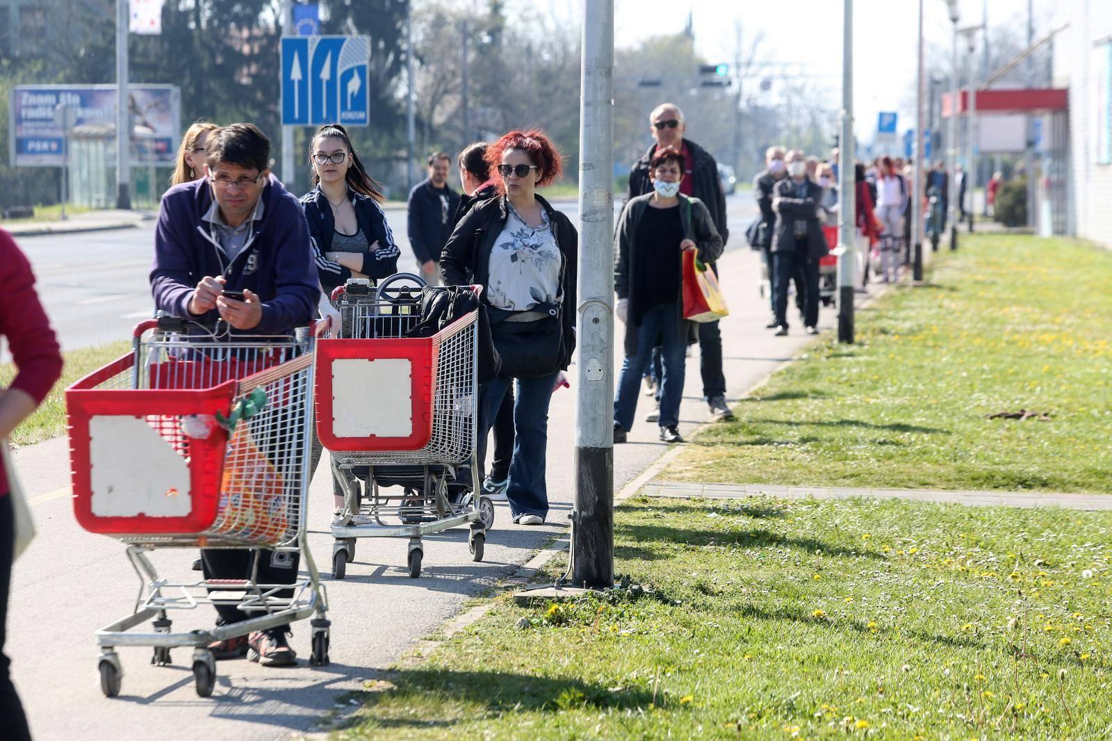 Zagreb: Dugačak red na ulazak u dućan kako bi obavili kupovinu prije blagdana Uskrsa