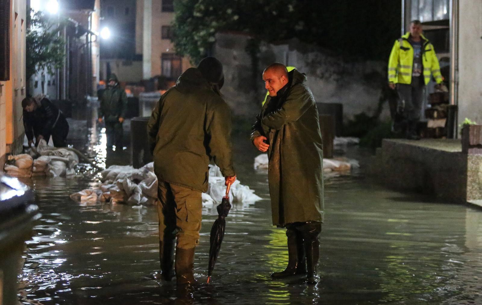 U noćnim satima mještani Kostajnice nastavljaju borbu s rijekom Unom