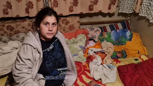 Beba rođena prije 5 dana spava u kamp kućici uz još sedmero ljudi: 'Tužni smo i strah nas je'
