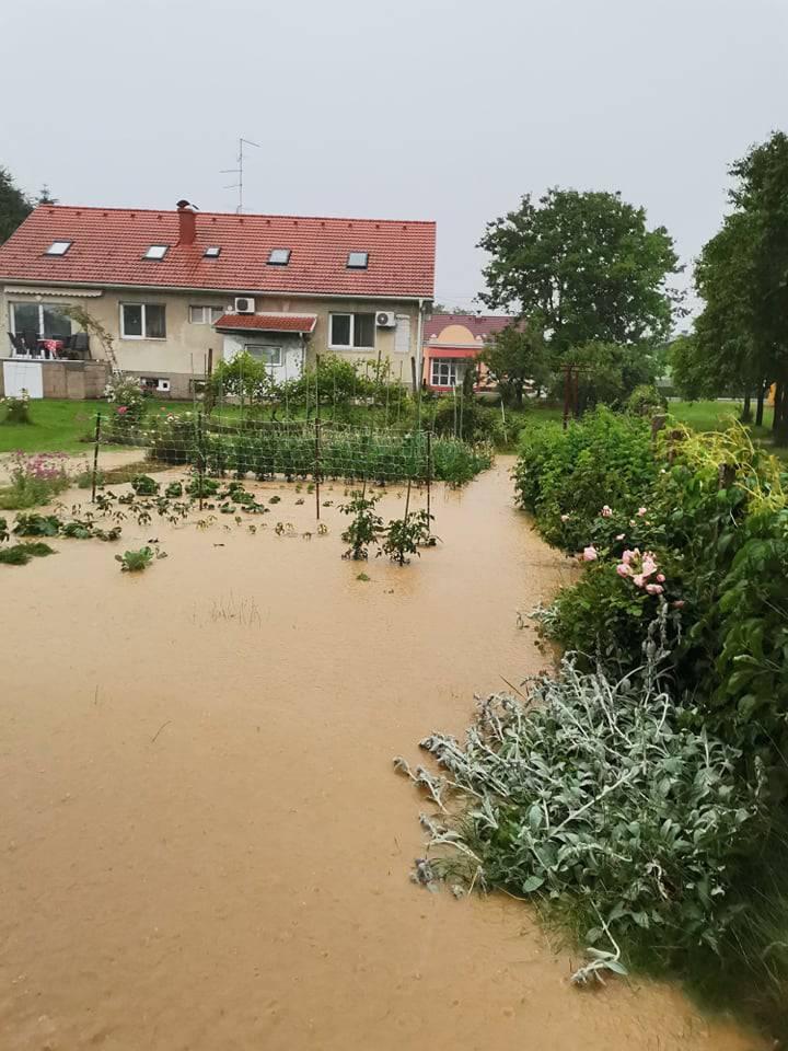 Ljudi su očajni, sve im uništeno: Izlila se Trnava, sve je poplavilo