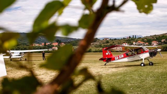 Na sportskom aerodromu u Sinju nastavlja se padobranska i letačka sezona