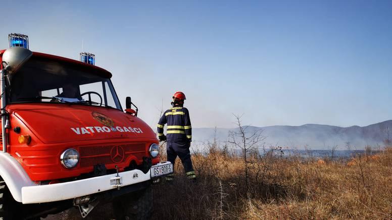 Pri spaljivanju suhe trave se nagutao dima i umro: Zbog teže pokretljivosti nije uspio pobjeći