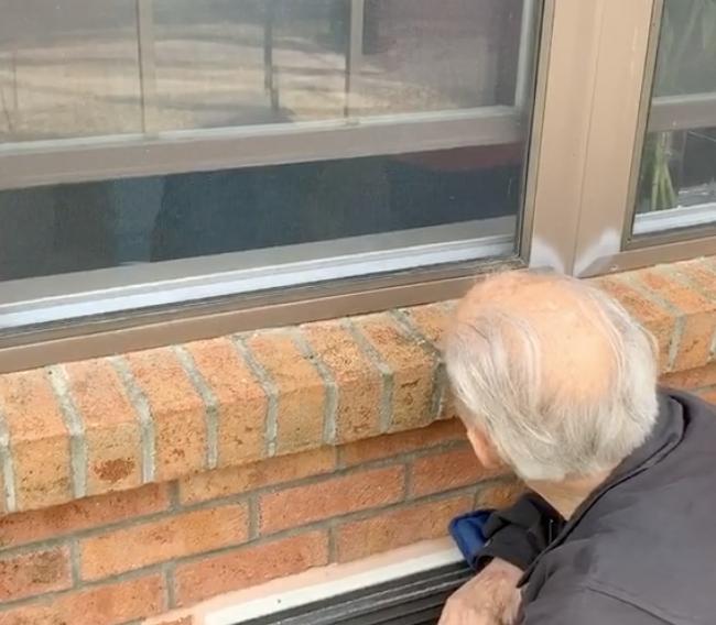 Bob (85): 'Svoju dragu sada mogu vidjeti samo kroz prozor'