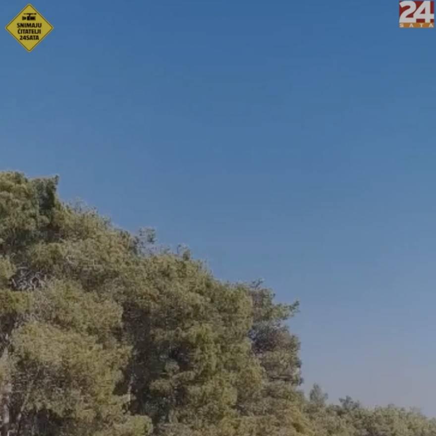 Pogledajte video kanadera koji u naletu nad morem uzima vodu i baca je na požarište kod Vrane