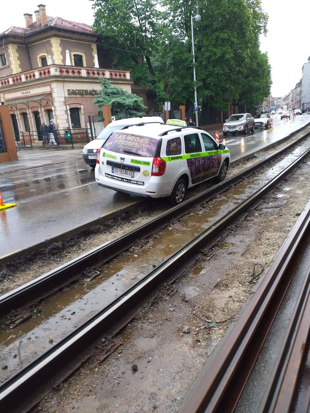 Nije bio oprezan: Taksist upao u rupu od tramvajske pruge...