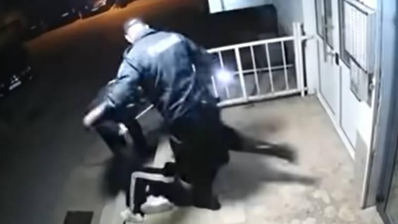 VIDEO Policajci ga mlatili jer je kršio korona mjere, na sudu su rekli da se ne osjećaju krivima