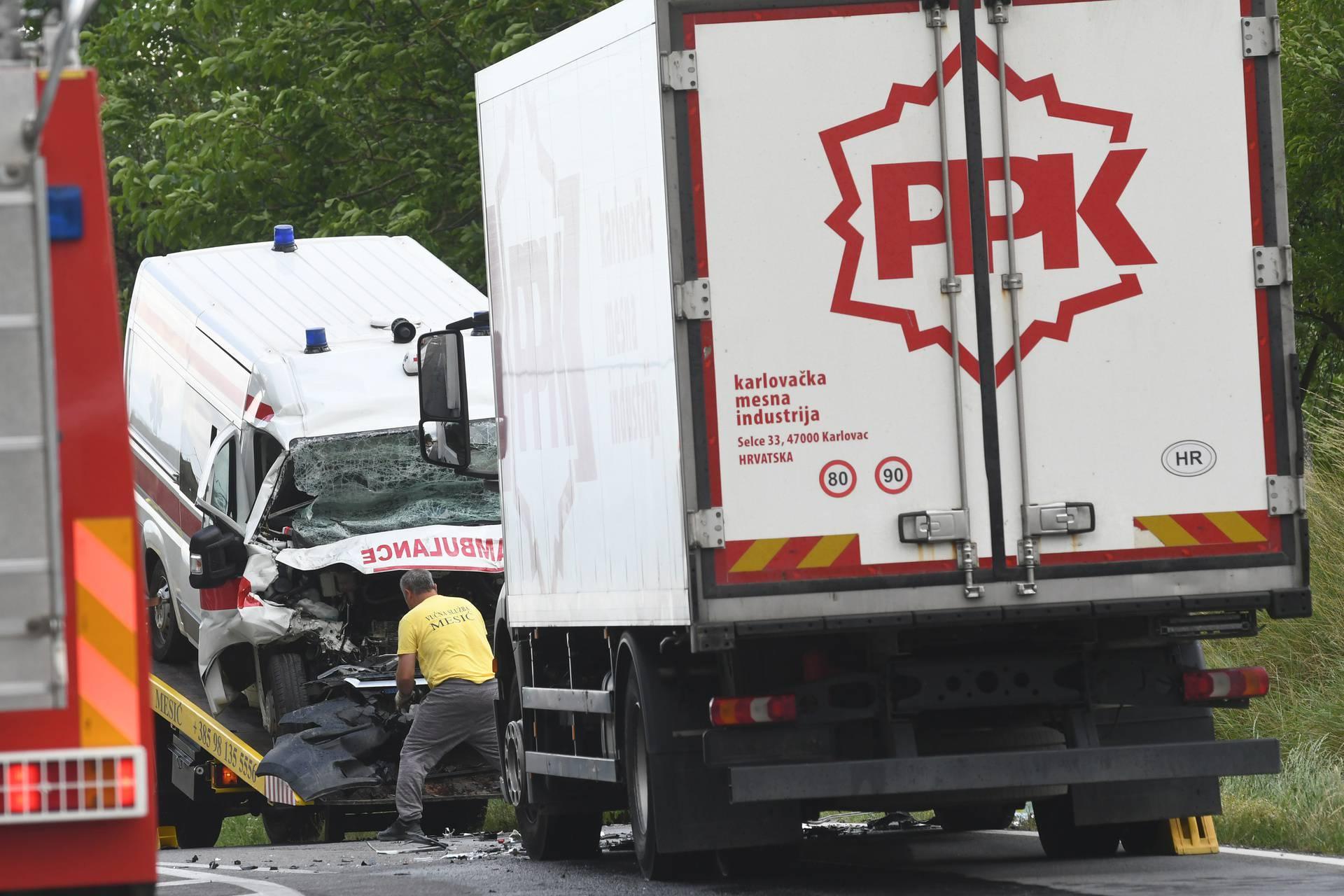 Garešnica: U sudaru kamiona i sanitetskog vozila poginule dvije osobe