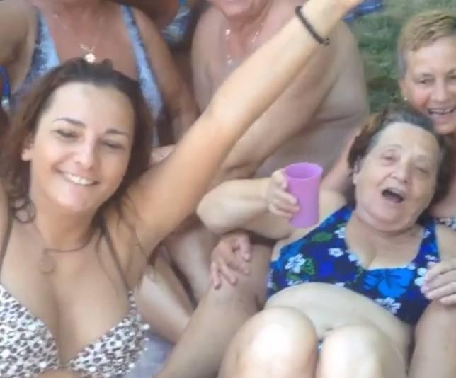 Uvijek za veselicu: BB Mira na bazenu pjeva s umirovljenicima