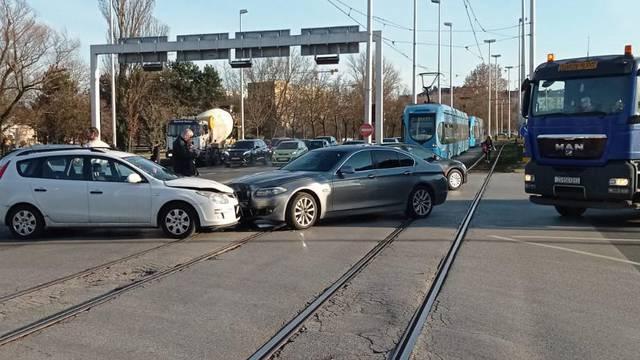 Zbog sudara automobila na tračnicama stali su tramvaji