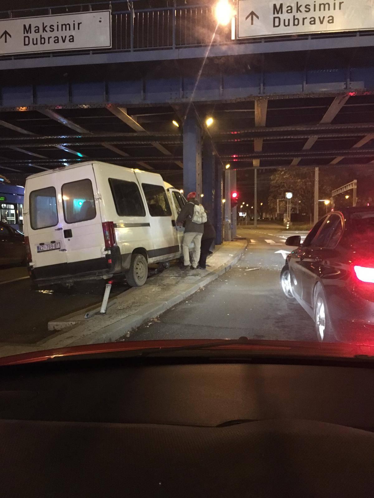 Kombijem se zaletio u stup na Držićevoj: Troje ljudi ozlijeđeno