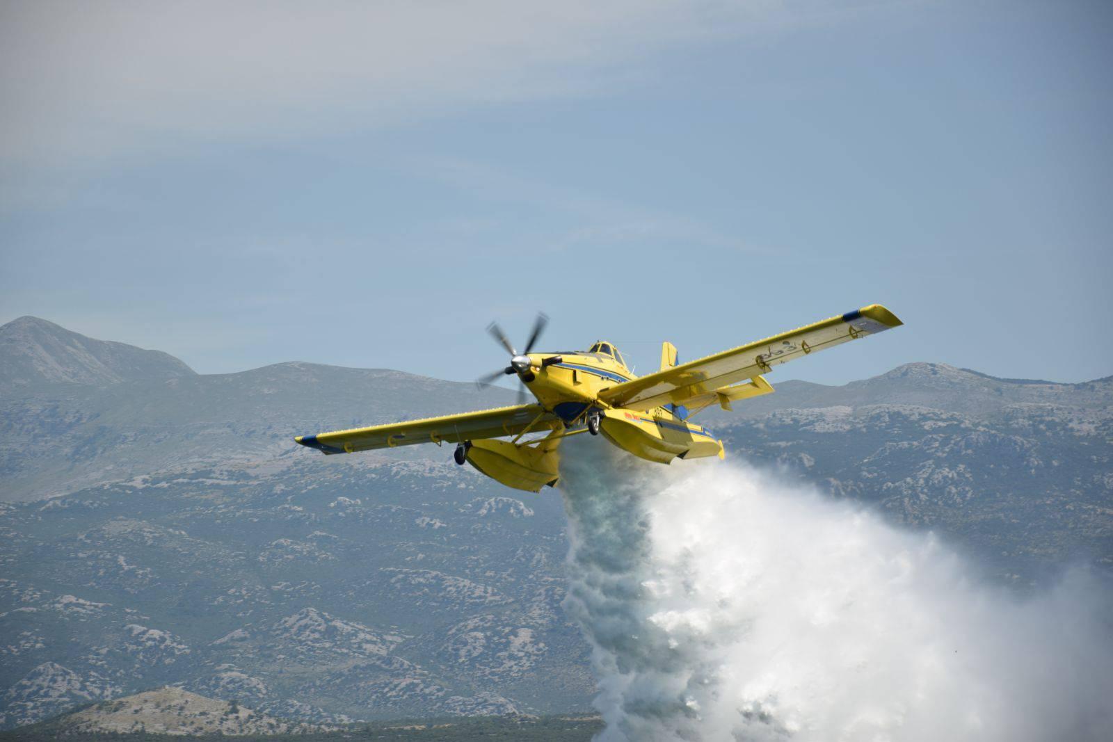 Vatrogasci ugasili požar pokraj Tisnog, pomogao i airtractor