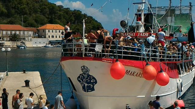 Brod prepun turista zabio se u rivu u Jelsi: 'Ljudi su vrištali'