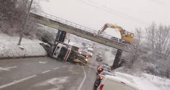 Kamion zapeo za nadvožnjak u Karlovcu i  prevrnuo se na bok