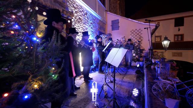 Božićni koncert na balkonu: Ad gloriam brass ansambl oduševio