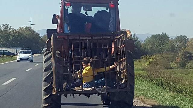 Sramota: Traktorist je djecu prevozio u kavezu za životinje