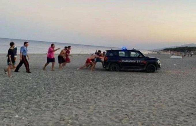 Guraj, guraj! Zapalili vatru na plaži pa spasili policiju u pijesku
