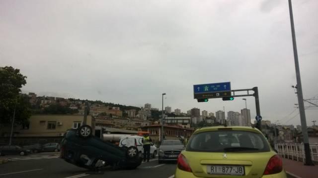 Kamion odbacio Mercedes na auto kojeg je prevrnuo na krov