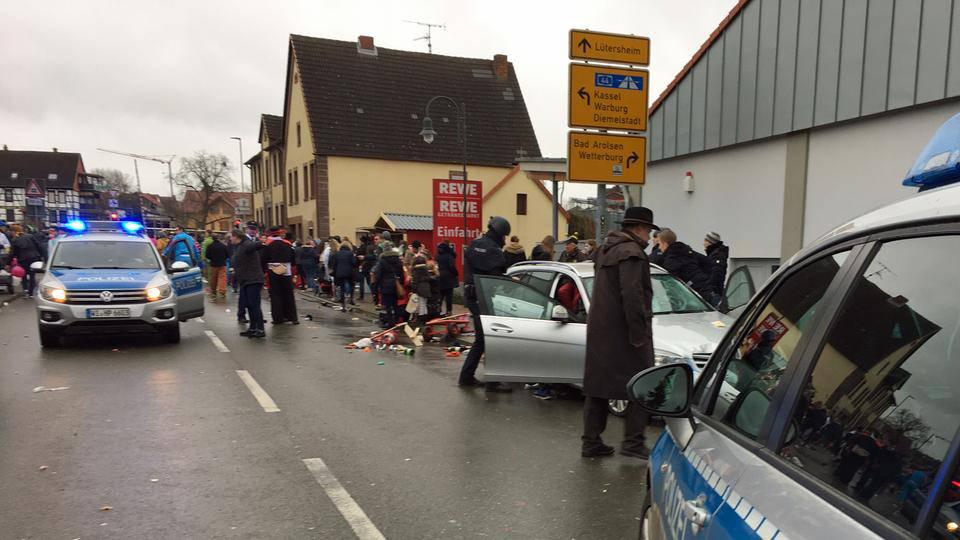 Desetak ozlijeđenih: Autom se zabio u karnevalsku povorku