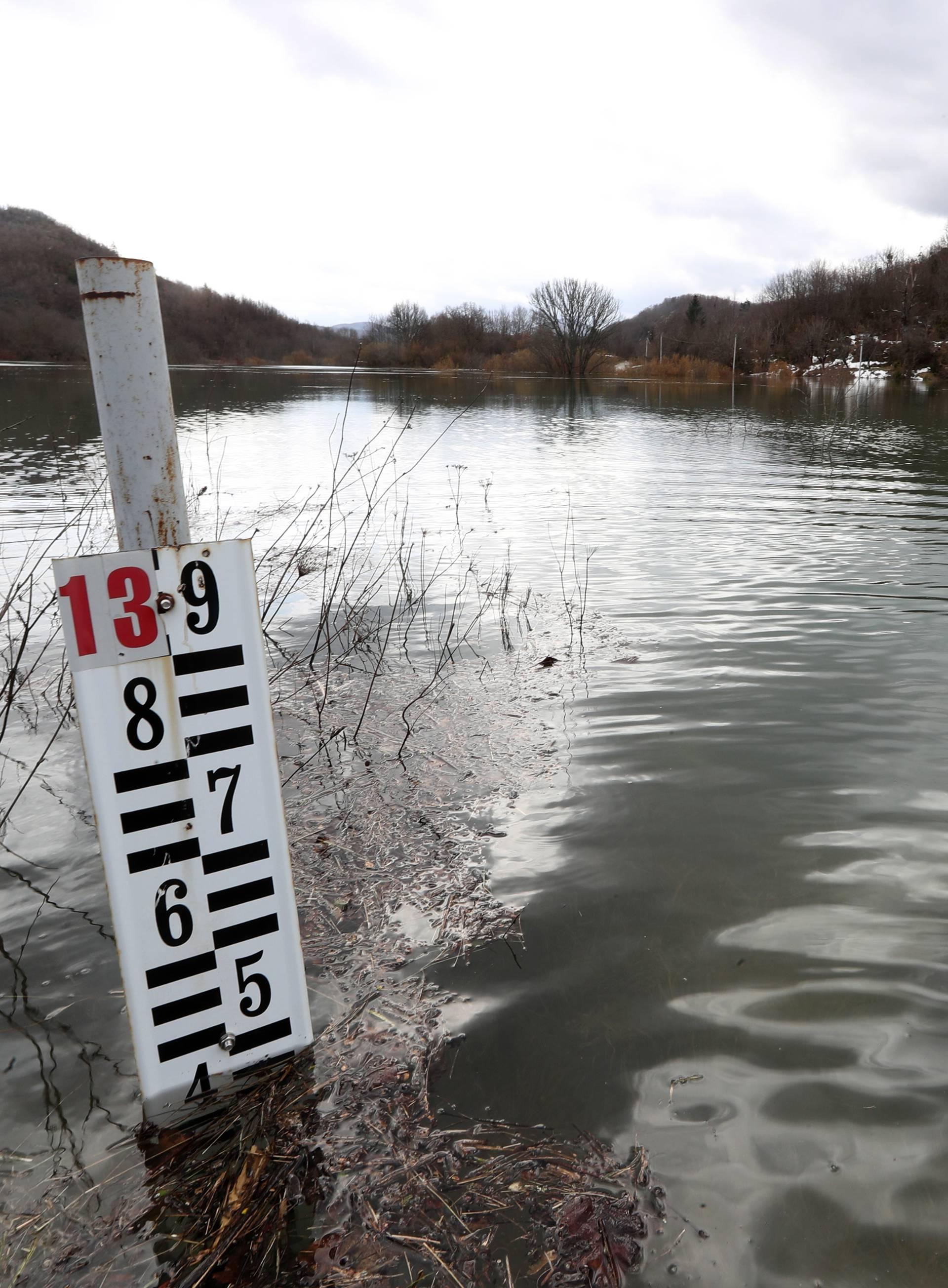 Izlila se Lika i poplavila Kosinj: U Jasenovcu se grade nasipi...
