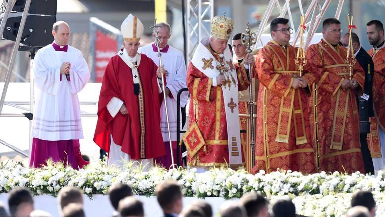 Papa Franjo: Križ se ne bi smio koristiti kao politički simbol