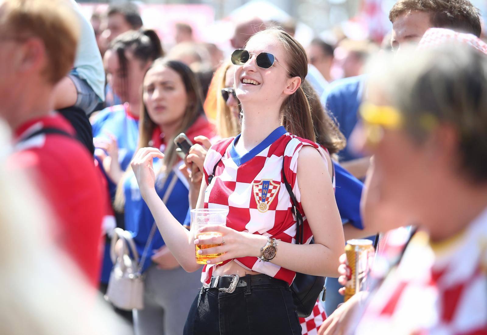 Sve je u kockicama: Pogledajte navijanje u Zagrebu i Splitu