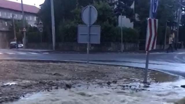 Nova fontana u Zagrebu: Pukao  vodovod na Šalati usred rotora, voda se slijeva u centar grada