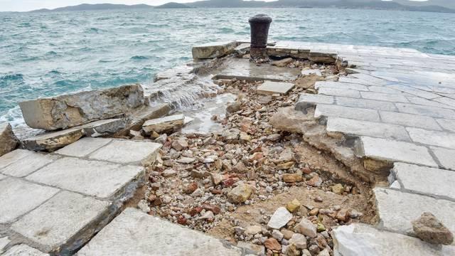 Uništena zadarska riva: Valovi su  razbacali kamene blokove...