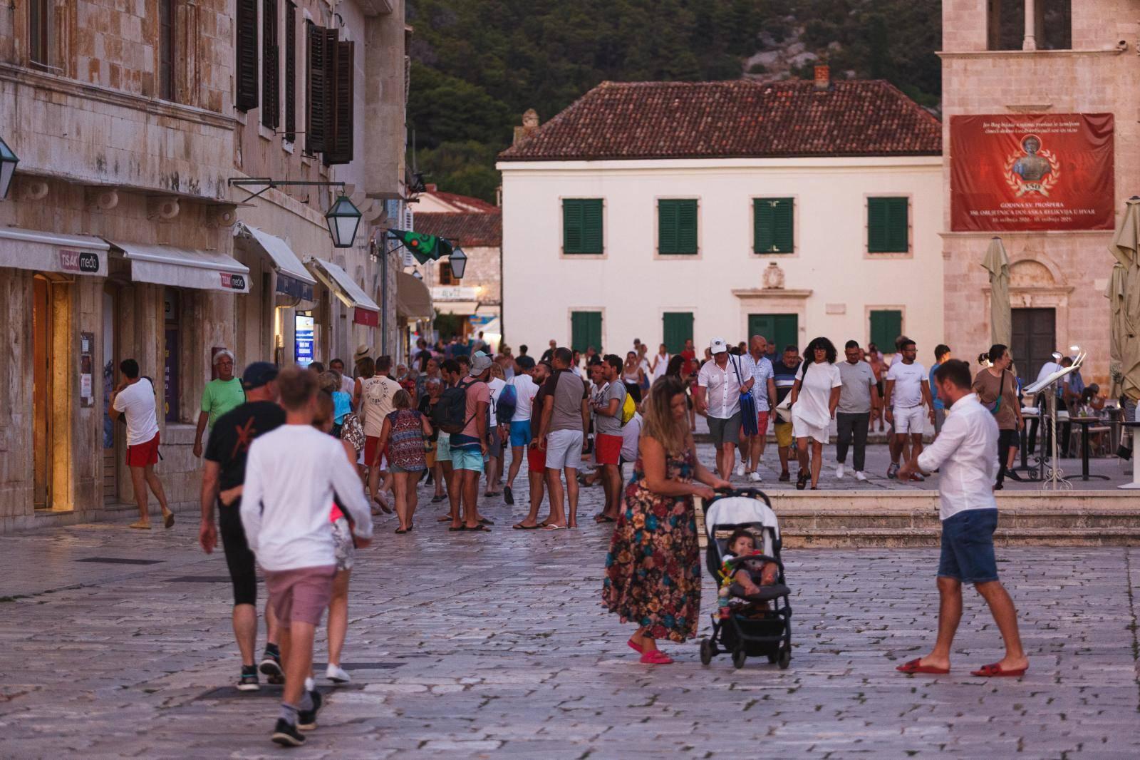 Ulice i plaže na Hvaru u vrhuncu turisitčke sezone