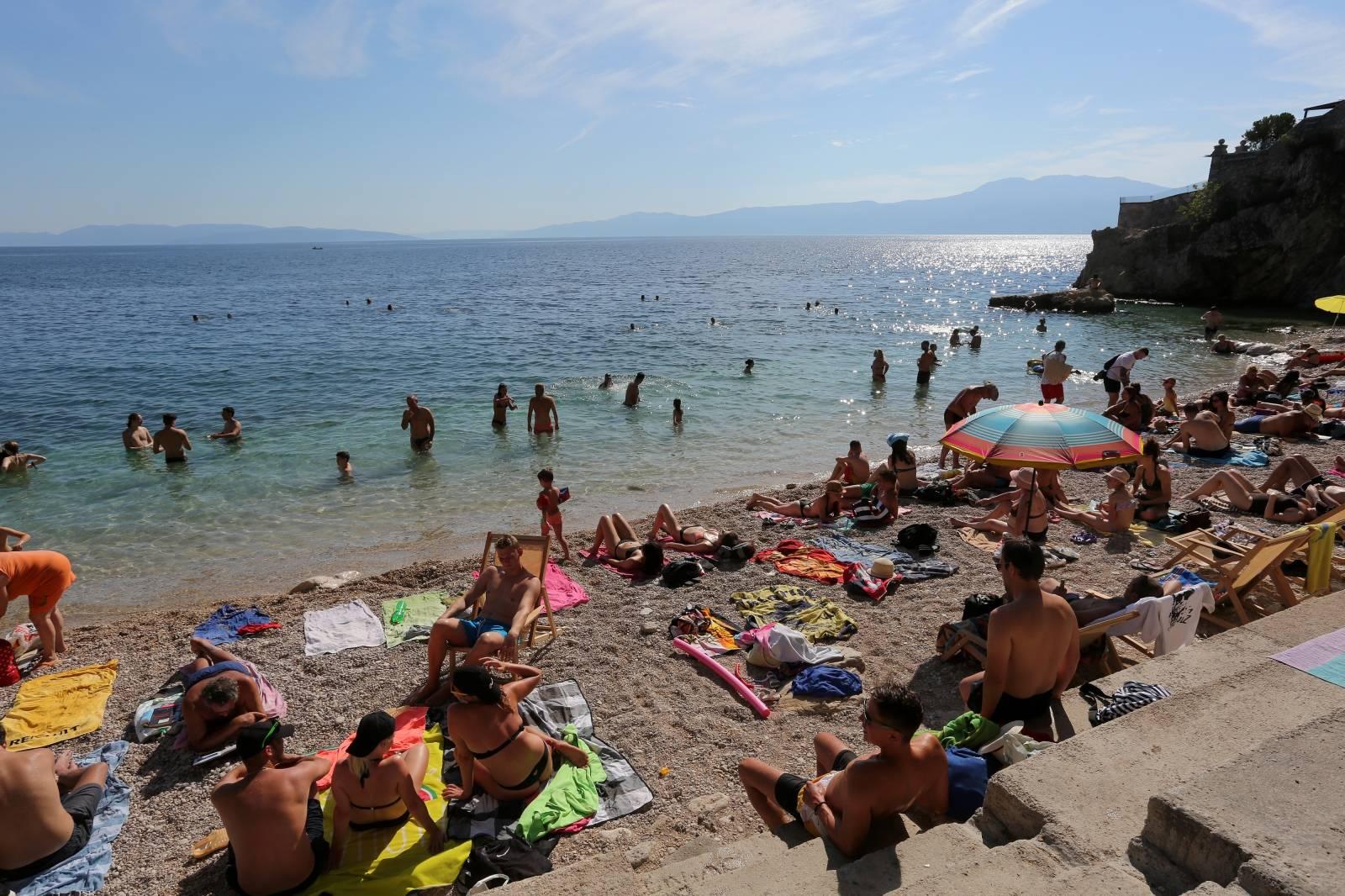 Rijeka: Gradske plaže na Pećinama pune su kupača