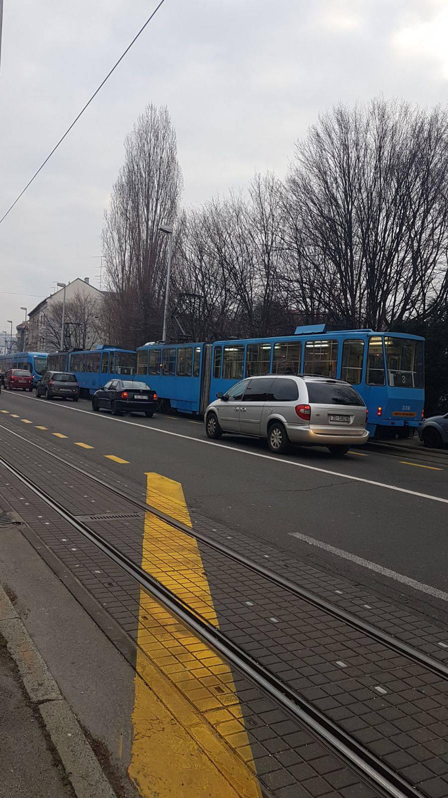Kaos u Zagrebu: Sudar auta i tramvaja, nastale velike gužve