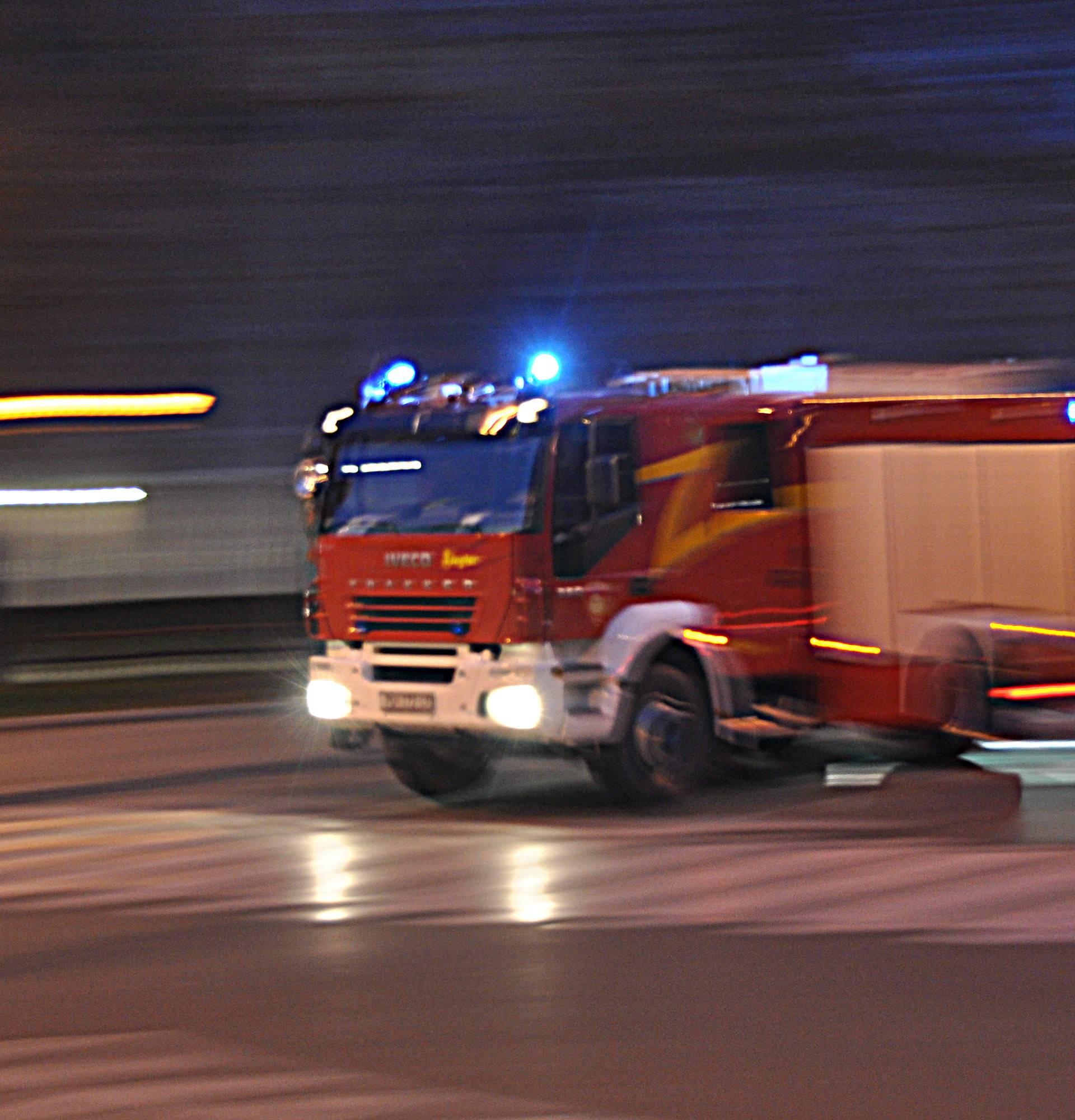 Ukrao vatrogasno vozilo, jurio po cesti pa izazvao prometnu