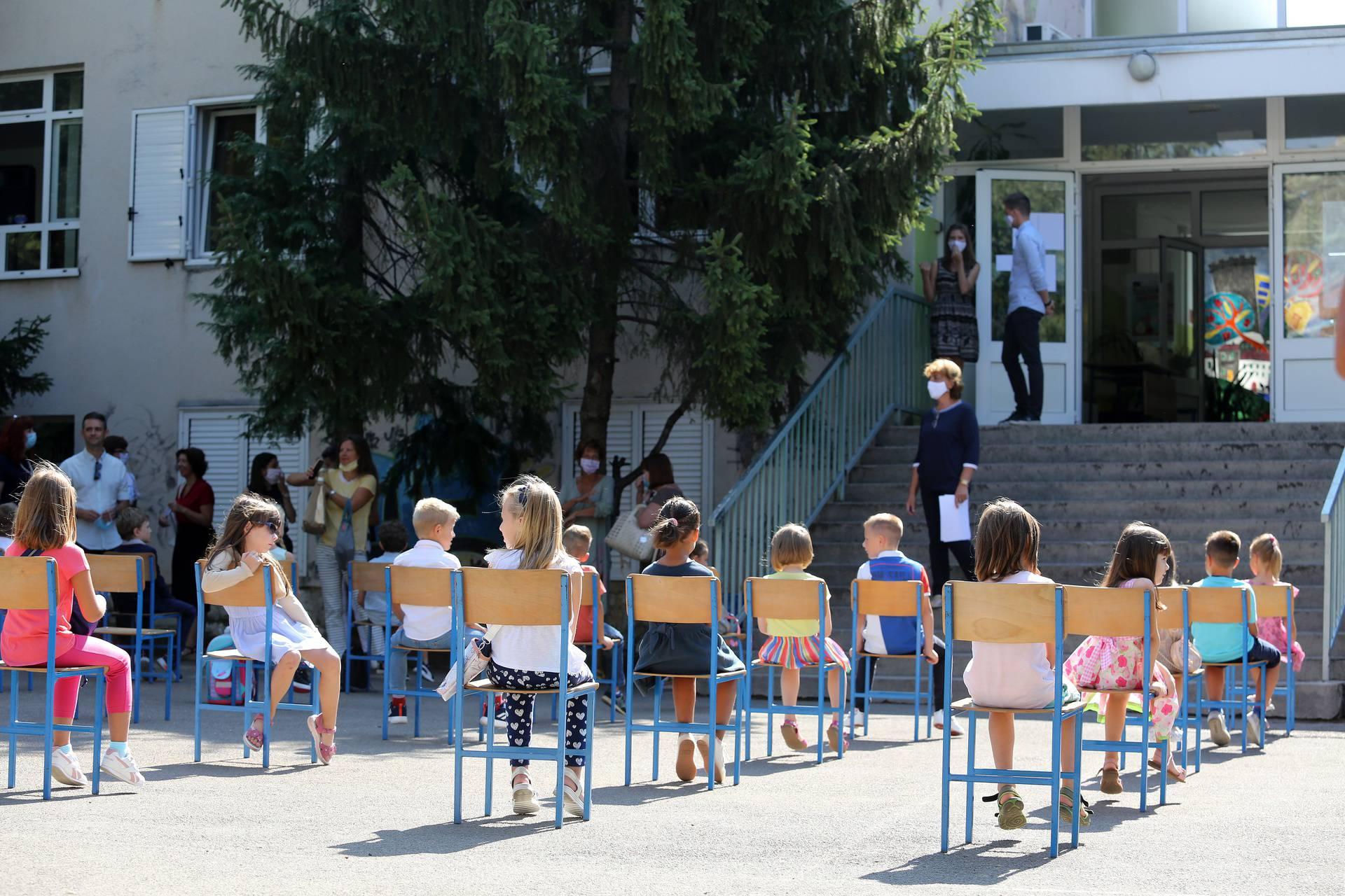Prvog dana škole 210 djece ostalo kući jer su imali koronu...