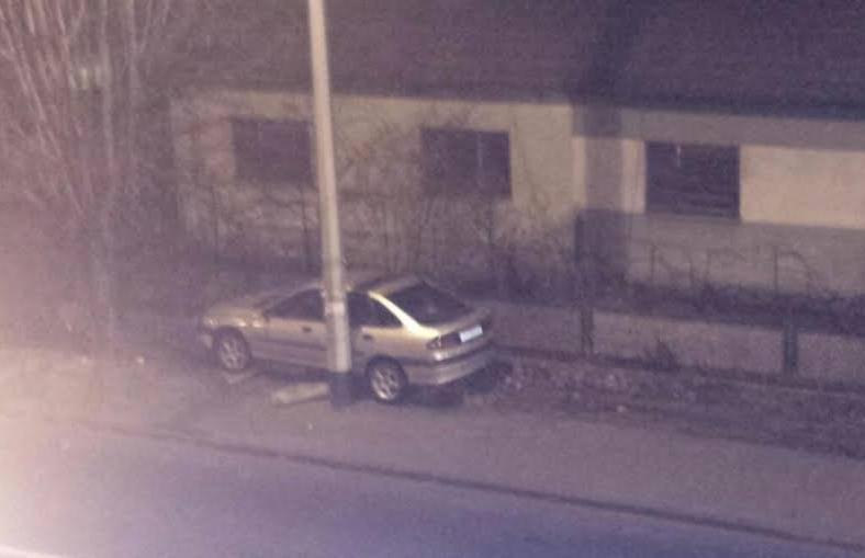 Nesreća u Zagrebu: Zapeo je autom između stupa i ograde