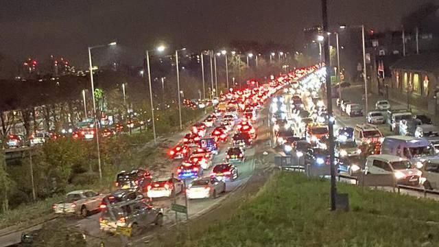 Tisuće ljudi bježalo iz  Londona i stvorili 2624 prometnih čepova