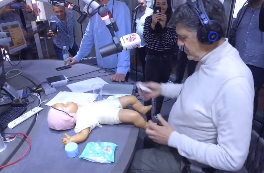 Amulić pokazao da je spreman: Na radiju mijenjao bebi pelene