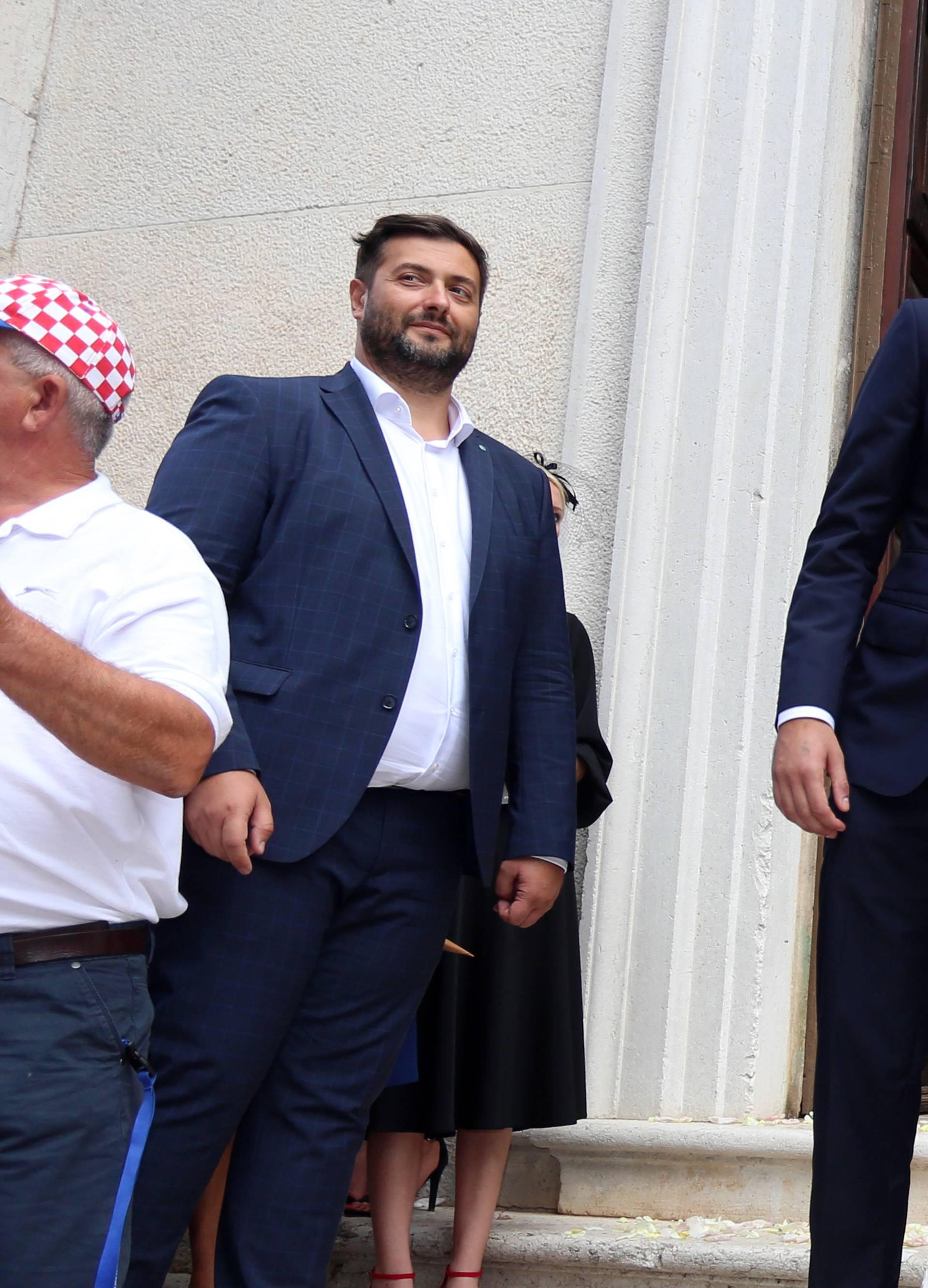 Vedran Ćorluka grli psa Oskija, a Franka se 'tješi' sa šalicom