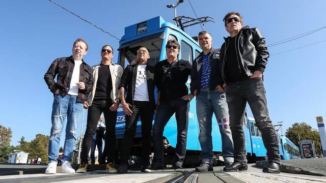 """Zagreb: """"Prljavci"""" tijekom vožnje u tramvaju promovirali svoje koncerte"""