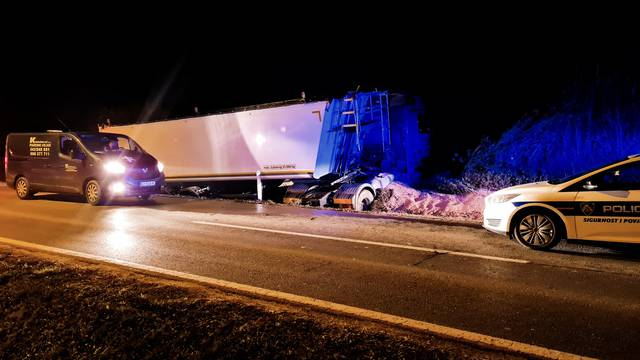 Užas kod Bjelovara: Kamion sletio s ceste, poginuo vozač