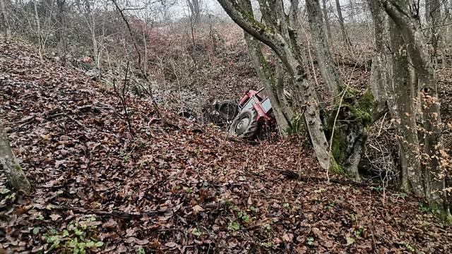 Nesreća u Bukovici: Poginuo je vozač traktora, izvlačio ga HGSS