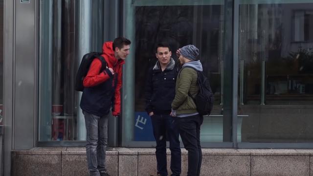 Leon (23) ostavio prijatelja na ulici: 'Možete li ga pričuvati?'